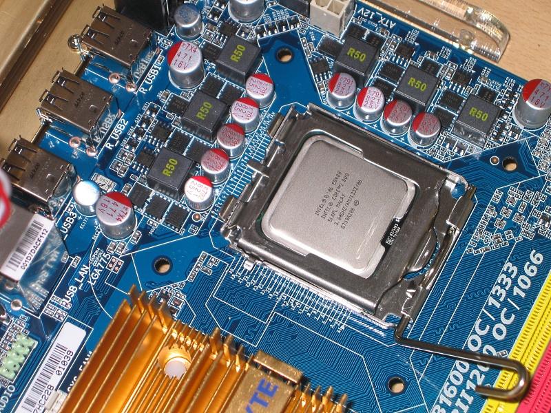 775 07 - Howto: Intel 775 CPU sockeln und boxed Kühler verbauen